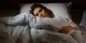 Homme qui a des problèmes d'insomnie